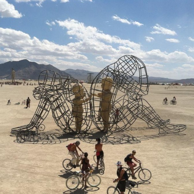 artist captivates thousands with powerful sculpture love at