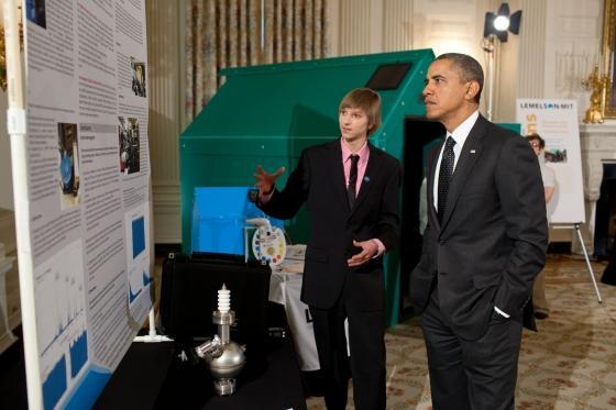 Taylor_Wilson_Presenting_Fusor_to_Obama